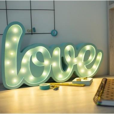 Oryginalna drewniana lampka w kształcie napisu LOVE to pomysł na dodatkowe oświetlenie do pokoju dziecięcego.