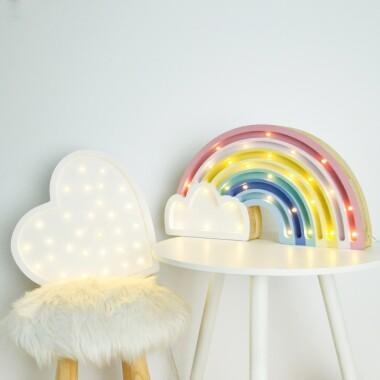 Niezwykła drewniana lampka w kształcie kolorowej Tęczy to pomysł na dodatkowe oświetlenie do pokoju dziecięcego.