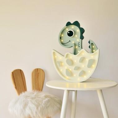 Niezwykła drewniana lampka w kształcie Dinusia to pomysł na dodatkowe oświetlenie do pokoju dziecięcego.