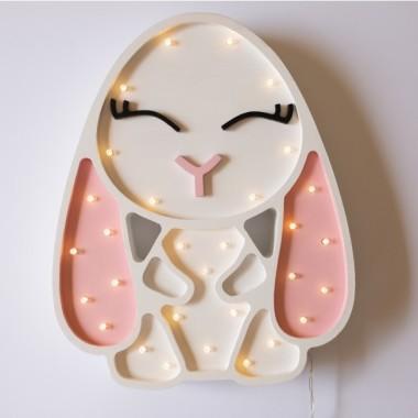 Oryginalna drewniana lampka w kształcie Króliczka to pomysł na dodatkowe oświetlenie do pokoju dziecięcego.