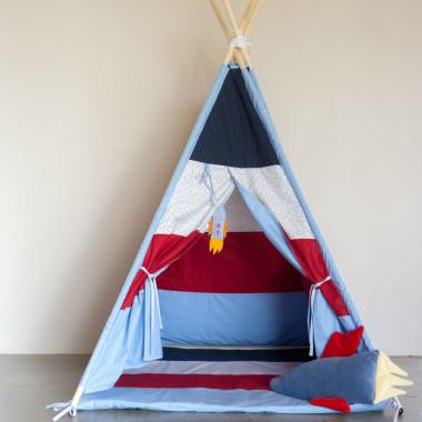 Kolorowy namiot tipi dla dziecka w kolorach niebieskim, czerwonym i białym.