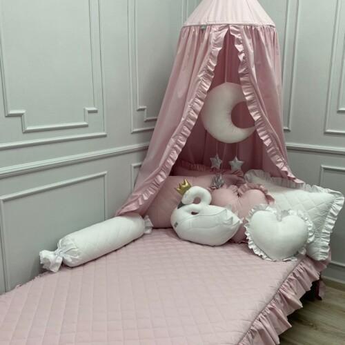 Różowa pikowana-narzuta-z--falbanka-purdowy-róż do pokoju dziecka