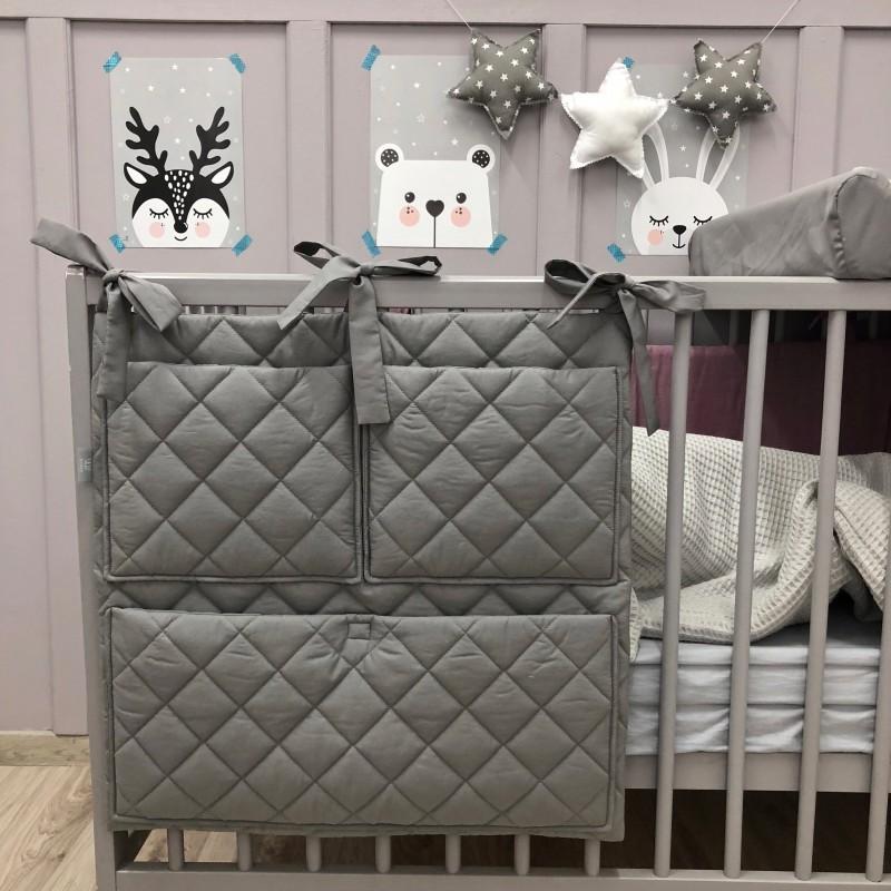 Ozdobny organizer na łóżeczko niemowlęce, w którym z łatwością pomieścisz wszystkie najpotrzebniejsze przybory. Miętowy.