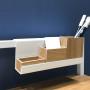 Minimalistyczna, nowoczesna konsola w kolorze białym z drewnianym fornirowanym blatem