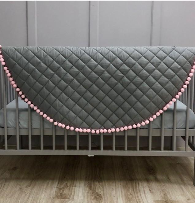 """Piękna, duża i wygodna mata do leżenia dla dziecka. Świetnie sprawdzi się jako dywanik, mata do zabawy lub """"podłoga"""" baldachimu."""