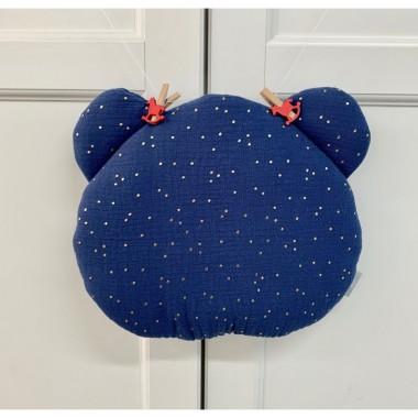 Płaska muślinowa poduszka sprawdzi się doskonale do łóżeczka lub wózka. Jest w kształcie uroczego misia. Granat.
