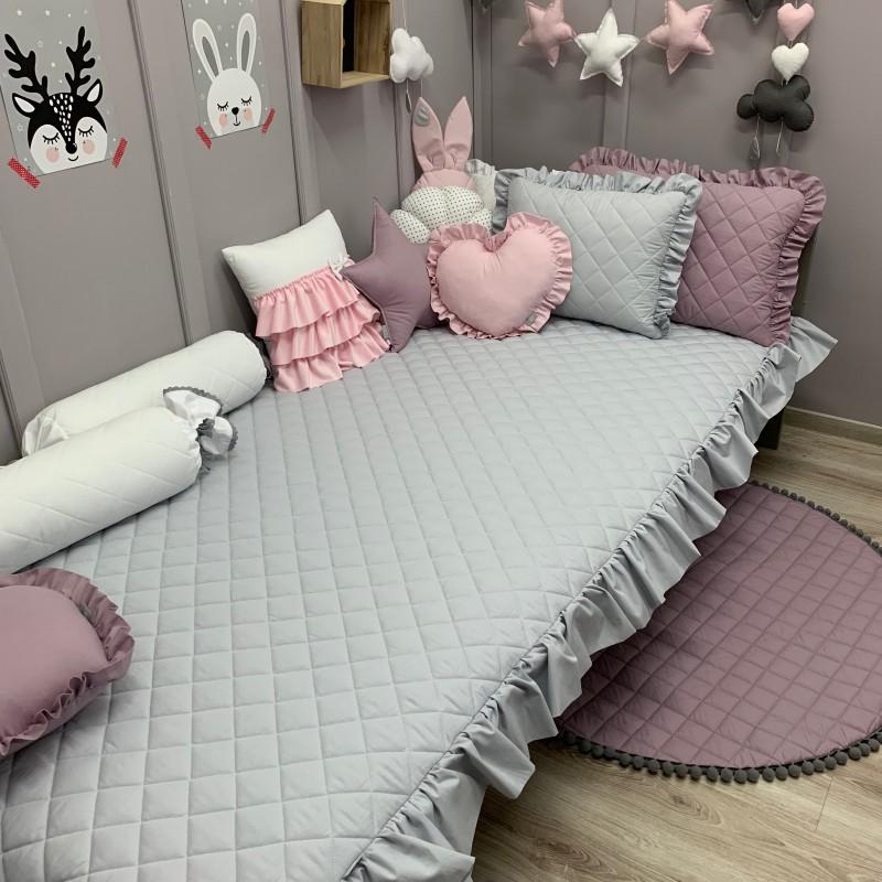 Pikowana narzuta świetnie zapanuje nad porządkiem w łóżeczku Twojego Maleństwa