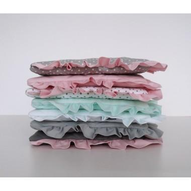 Płaska pikowana poduszka ozdobiona falbanką świetnie sprawdzi się w czasie snu i drzemek. Róż,szary, biały, mięta