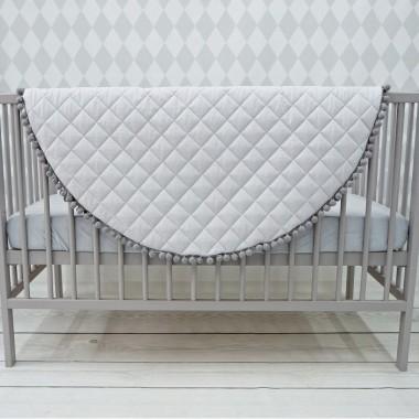 Szara mata dla niemowlaka z szarymi pomponikami. Idealna do leżeniu lub zamiast dywanika do zabawy. Dekoracja do pokoju dziecka.