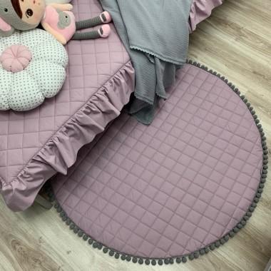 Lawendowa mata dla niemowlaka z szarymi pomponikami. Idealna do leżeniu lub zamiast dywanika do zabawy. Dekoracja do pokoju dziecka.