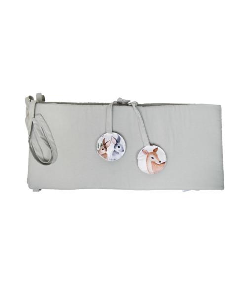 Uniwersalny, pikowany, dwustronny ochraniacz na boki łóżeczka z nadrukiem. Wykonany z wysokiej jakości tkaniny posiadającej certyfikat STANDARD 100 by OEKO-TEX®  Rozmiar: 190 x 28 cm – pasuje na łóżeczko 120×60 cm i 140×70 cm  Skład: 100 % tkanina bawełniana wypełnienie: włókno poliestrowe  Można prać w pralce.