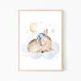 Plakat ze spiącą sarenką/ jelonkkiem śpiącym na chmurce-plakat na ścianę do pokoju dziecka.