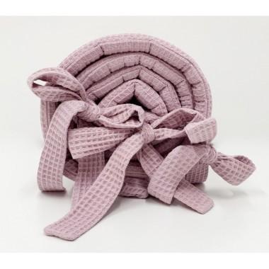 Wafelkowy ochraniacz w pięknym różowym kolorze wykonany jest ze 100% bawełny.