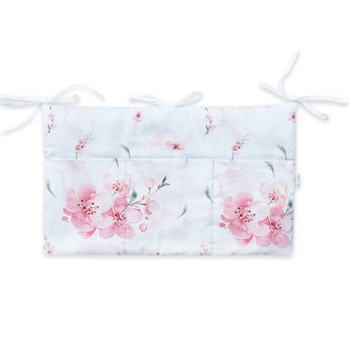 Wyjątkowy organizer do łóżeczka w różowym kolorze, z kieszonkami we wzór Kwiaty Wiśni. Organizer posiada 3 kieszonki i jest wiązany na troczki.