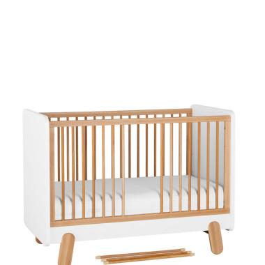 Biało drewniane łóżeczko niemolęce