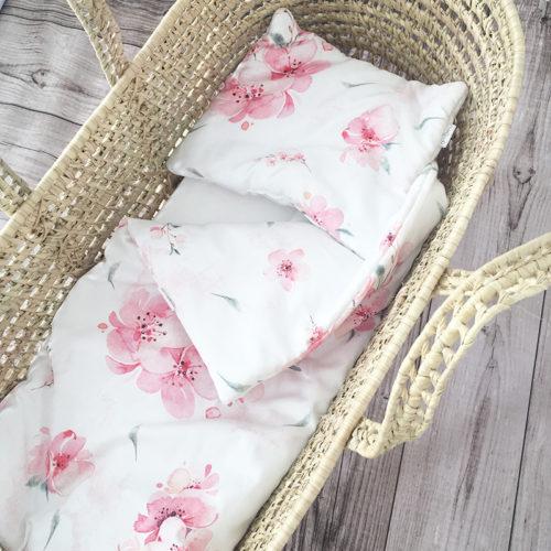 Wyjątkowy komplet pościeli, wykonany z wysokogatunkowej bawełny z pięknym wzorem w Kwiaty Wiśni Pościel jest miła, delikatna