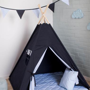 Granatowo-niebieski namiot tipi dla dziecka, wykończony niebieskim materiałem.