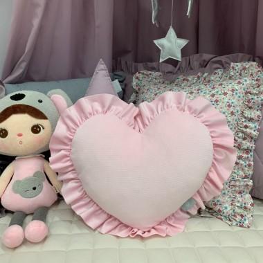 Elegancka poduszka w kształcie serca ozdobiona falbanką.