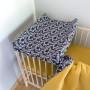 Granaowy pokrowiec na przewijak niemowlęcy w bazie kotki