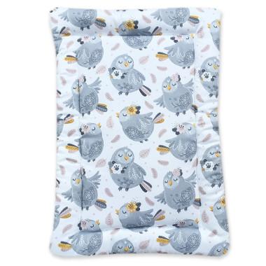 Mięciutka, dwustronna mata na przewijak wykonana z bawełny we wzór Srebrne Ptaszki z jednej strony i urocze listki z drugiej.