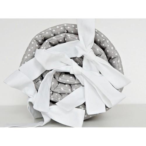 Ochraniacz został wykonany ze 100% bawełny w kolorze szarym, z motywem białych kropeczek o wielkości 4mm.