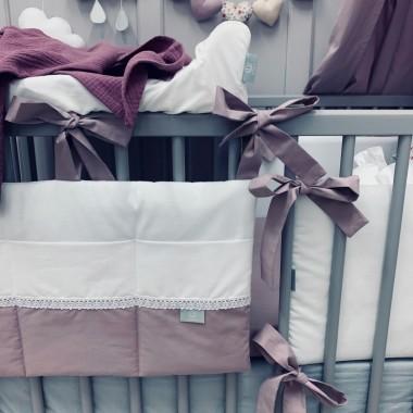 Ozdobny organizer na łóżeczko, w którym z łatwością pomieścisz wszystkie najpotrzebniejsze przybory.