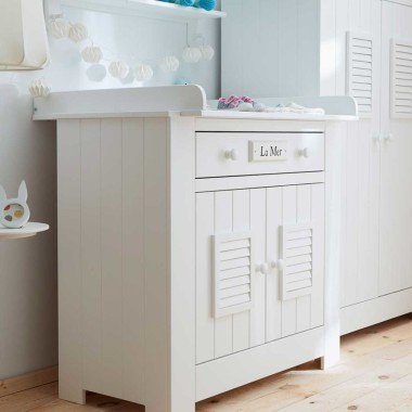 Biała drewniana komoda do pokoju dziecka