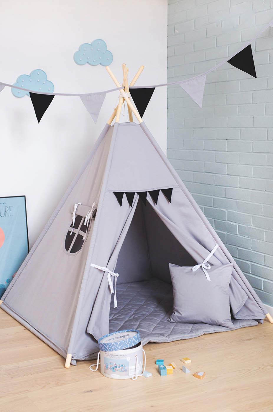 Szary namiot tipi dla dziecka z czarnymi proporczykami