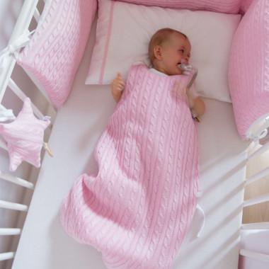 Różowy sweterkowy śpiworek niemowlęcy do spania dla noworodka i niemowlaka.