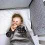 Szary śpiworek do spania dla niemowlaka