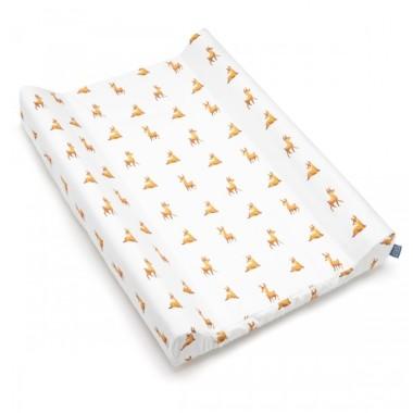Pokrowiec wykonany z delikatnej tkaniny bawełnianej. Obszyty dookoła gumką, dodatkowo na krótszych brzegach odpowiednio wyprofilowany, tak aby idealnie dopasowywał się do przewijaka.
