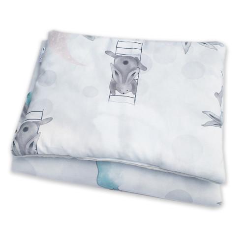 Wyjątkowy komplet pościeli, wykonany z wysokogatunkowej bawełny z pięknym wzorem Morska Przygoda Pana Królika z jednej strony i jasnoszarą bawełną z drugiej.