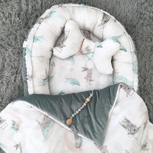 Wyjątkowy kokon niemowlęcy, wykonany z wysokogatunkowej bawełny z pięknym wzorem Morska Przygoda Pana Królika oraz velvetem w kolorze khaki.