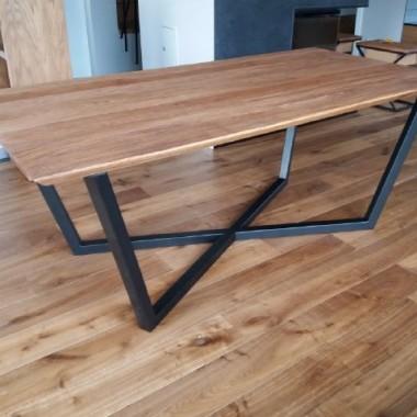 Stół EVEREST to stół z rodzaju stołów industrialnych, który bardzo dobrze pasuje do nowoczesnych wnętrz ale również tam gdzie są meble z drewna. Jego podstawową zaletą jest blat wykonany z litego drewna dębowego, natomiast podstawa to spawany stalowy stelaż pomalowany proszkowo.