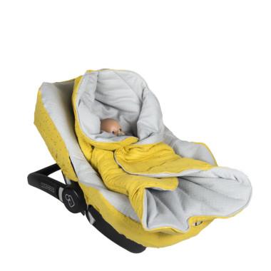 Praktyczny otulacz/śpiworek do fotelika samochodowego. Pasuje do nosidełek/fotelików samochodowych wyposażonych w 3 i 5 – cio punktowe pasy bezpieczeństwa. Posiada rozpinany kaptur, dużą kieszeń