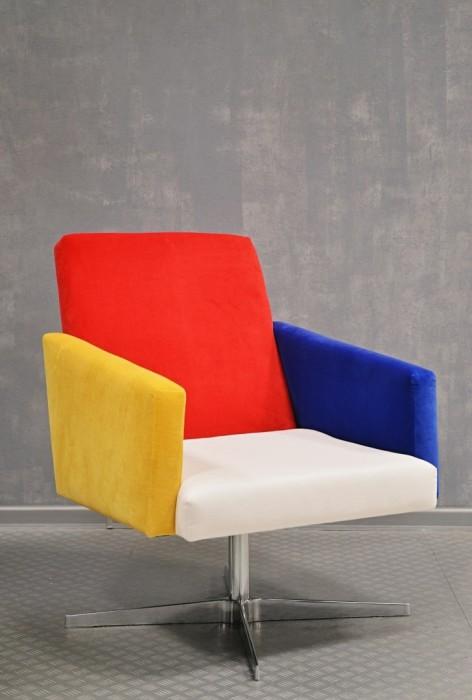 Kolorowy miękki wygodny fotel do salonu, jadalni, recepcji lub biura. Czerwono-niebiesko-zóto-biały,