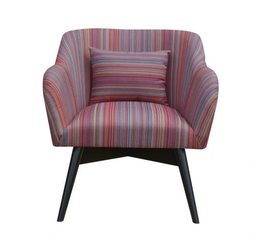 Fotel tapicerowany w prązki na drewnianej podstawie.