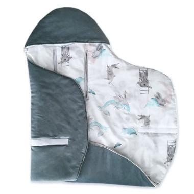 Cieplutki otulacz do fotelika jesienno – zimowy w uroczy wzór w w Morską Przygodę Pana Królika, wykończony miękkim velvetem.