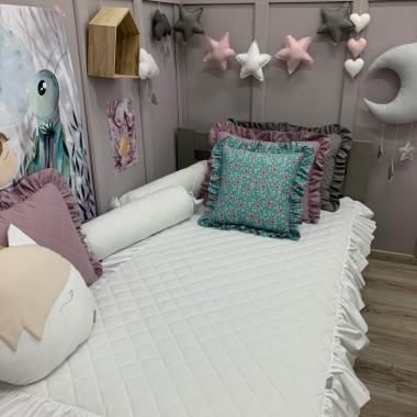 Biała pikowana narzuta z falbanką świetnie zapanuje nad porządkiem w łóżeczku dziecka.Narzuta została wykonana ze 100% bawełny. Wierzch jest pikowany na 1,5 centymetrowej ocieplinie , a spód to gładka bawełna w tym samym kolorze