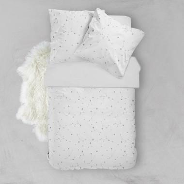 Wyjątkowy komplet pościeli, wykonany z wysokogatunkowej bawełny z pięknym wzorem Konstelacja z jednej strony oraz gładkiej bawełny w białym kolorze z drugiej.
