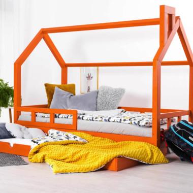 Łóżczko domek dla dziecka w kolorze pomarańczowym. Kolorowy pokój dziecka,