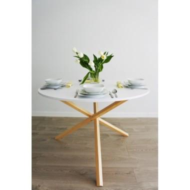 Stół TRIPLE to zaskakująca forma, a jednak w pełni stabilny i ergonomiczny mebel do jadalni lub sali spotkań.