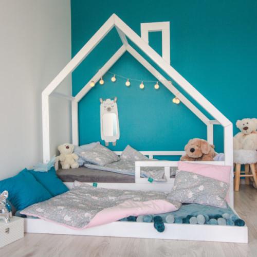 Łóżko domek do pokoju dziecka, łóżko dla 3 latka, dla 4 latka drewniane pomalowane bezpieczną farbą, z barierkami i szufladą.