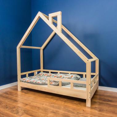 Drewniany domek łóżeczko do pokoju dziecka w kolorze drewna
