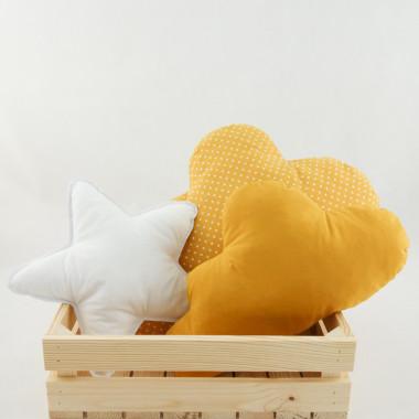 Zestaw trzech poduszek dekoracyjnych, które dodadzą uroku nie tylko dziecięcemu pokoikowi. Każda z poduszek jest miękka, przytulna i będzie z pewnością uroczym elementem dekoracyjnym przestrzeni.