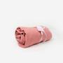 Prześcieradło wykonane z wysokiej jakości tkaniny, zakładane na gumkę. Brzoskwinia.