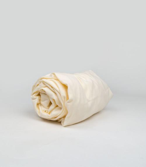 Prześcieradło wykonane z wysokiej jakości tkaniny, zakładane na gumkę. Kolor kremowy.