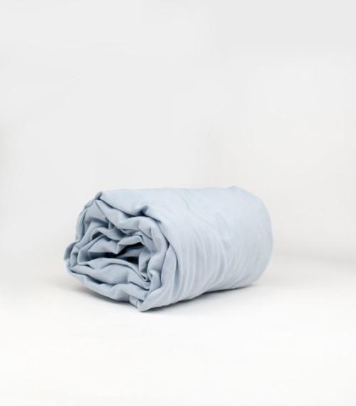 Prześcieradło wykonane z wysokiej jakości tkaniny, zakładane na gumkę. Szary błękit.