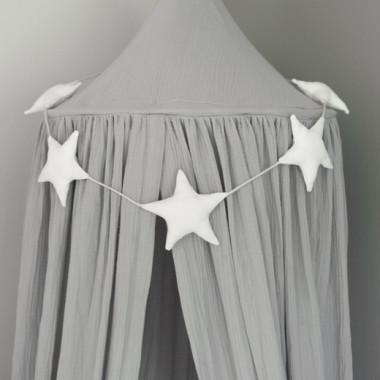Girlanda z miękkich gwiazdek jest prostą, a zarazem niezwykle efektowną dekoracją, która nada ciepła i stylu w pokoiku Twojego dziecka.