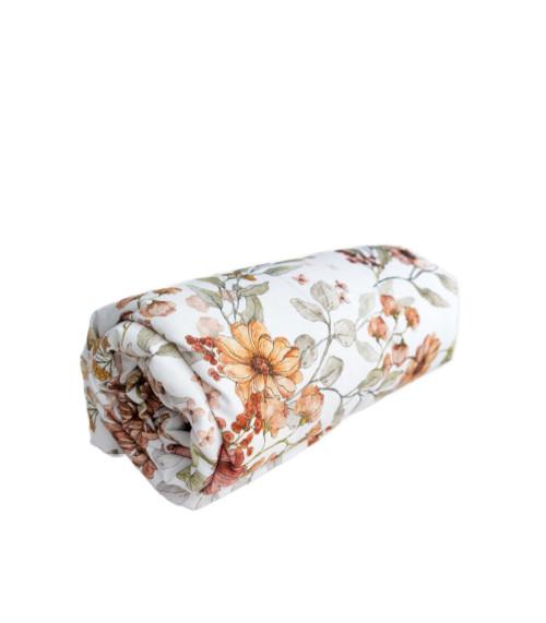Prześcieradło w kwiaty wykonane z wysokiej jakości tkaniny, zakładane na gumkę.